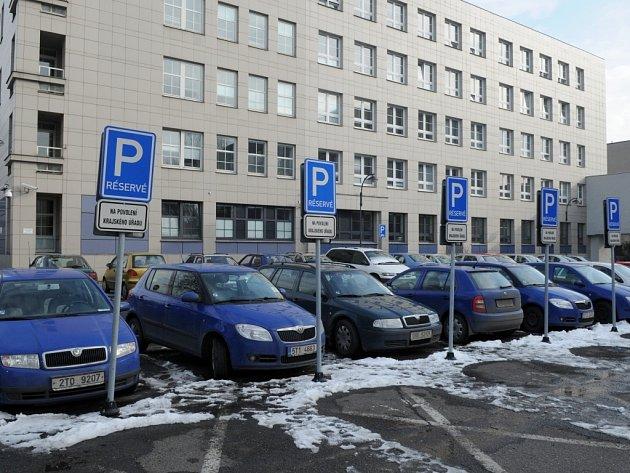 Plýtvání nebo nutnost? Zakoupení a instalování tolika dopravních značek přišlo krajský úřad na desítky tisíc korun.