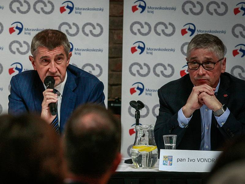 Hejtman MS kraje Ivo Vondrák na snímku vpravo, vlevo premiér Andrej Babiš. Snímek z vládní návštěvy v Ostravě.