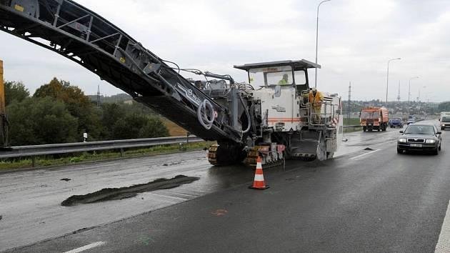 Na úseku dálnice D47 u třebovické elektrárny pokračuje v těchto dnech oprava zvlněné vozovky