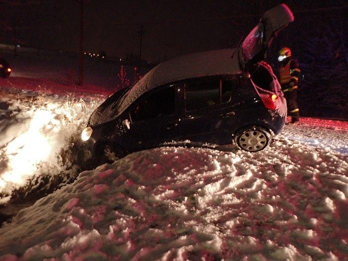 Nehoda osobního automobilu ve Frýdku-Místku, v ulici Bahna, které sjelo do propustku nad potokem. Jednotka HZS MSK ze stanice Frýdek-Místek vyprostila vozidlo pomocí navijáku hasičské cisterny.