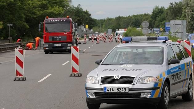 Dlouhodobé dopravní omezení na silnici Mariánskohorské je nezbytné pro dokončení opravy mostu, která započala sanací spodní stavby mostního objektu už v loňském roce.