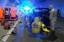 V klimkovickém dálničním tunelu se ve středu uskutečnilo cvičení zaměřené na vyprošťování osob z havarovaných vozidel. Mezi auty byla i sanitka, která v bioboxu převážela pacienta s vysoce nakažlivou nemocí.