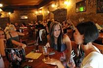 Ostražitější než v jiné dny museli být v pátek večer barmani a hospodští nejen v Ostravě. Oslavit vysvědčení a konec školního roku se vydaly do ulic města desítky školáků.