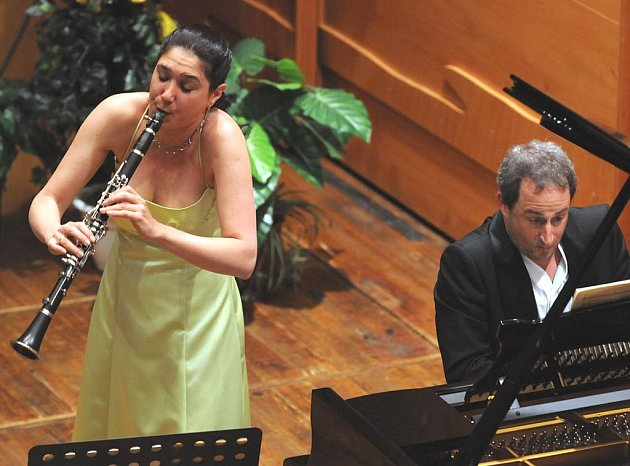 Klarinetistka Sharon Kam a Itamar Golan při vystoupení na Janáčkově máji
