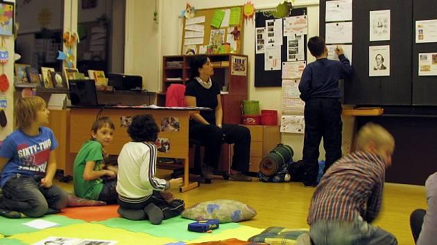 Děti z pátých tříd základní školy Paskovská v Ostravě-Hrabové přenocovaly ve škole. Akci s názvem Noc s Andersenem si moc chválily.