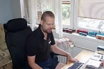 Muž si všechny nahrávky zpracovává na počítači.