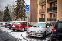 """Pozitivní krok pro rezidenty, negativní z pohledu domova pro seniory. Takové jsou ohlasy na úpravu parkování na Kamenci ve Slezské Ostravě, kde mnohdy parkovali i lidé """"zpoza řeky"""" pracující v Moravské Ostravě."""