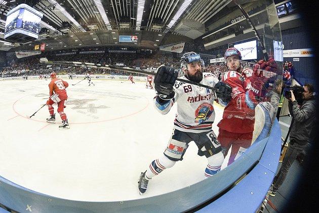 Čtvrtfinále play off hokejové extraligy - 4.zápas: HC Vítkovice Ridera - HC Oceláři Třinec, 25.března 2019vOstravě. Na snímku (zleva) Roman Szturc.