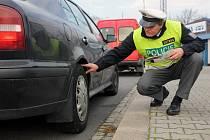 Vy už zimní boty máte a na mě nikdo nekoukáte – nezvyklou akci s tímto názvem připravili v úterý ostravští policisté společně s pracovníky Besipu a pneuservisu Barum
