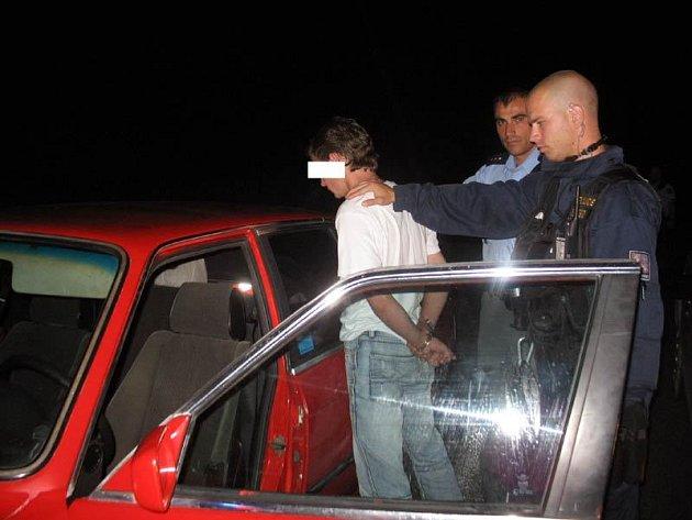 Policisté muže v červeném BMW dostihli a zajistili