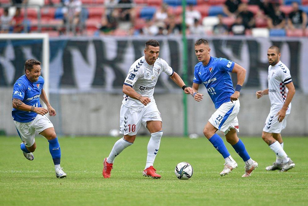 Přátelské utkání Górnik Zabrze - FC Baník Ostrava, 17. července 2021 v Zabrze (PL). (střed) Lukas Podolski z Górniku a Filip Kaloč z Ostravy