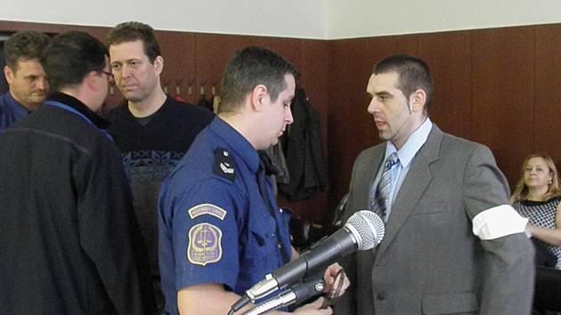 Za ozbrojené přepadení čtyř benzinek hrozí Františku Jindrákovi (vpravo) pět až dvanáct let vězení. Za mřížemi může skončit i jeho kamarád Petr Minařík. Ten mu, z počátku nic netuše, dělal řidiče.