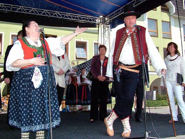 Na setkání cimbálových muzik si společně zazpívali Jarmila Šuláková a Mirek Topolánek
