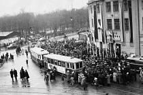Trať Míru, první jízda tramvaje č. 17 na trati Vítkovice-Petřkovice, snímek z trati u kina Svoboda v Ostravě-Přívoze, 1950
