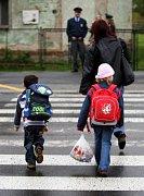 Policisté nejen dětem radili, jak bezpečně přejít silnici