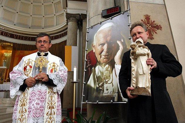 Po nedávném blahořečení papeže Jana Pavla II. mohli věřící uctít jeho ostatky v ostravské katedrále Božského Spasitele. Do Ostravy je přivezl dlouholetý osobní papežův přítel, polský kněz Jarek Cielecki, který je ředitelem Vatikánského informačního