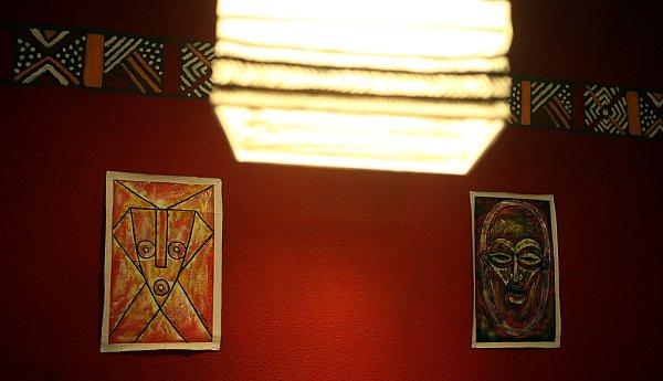 Interiér kavárny Kahawa zdobí nejen originální ornamenty na zdech a svítidlech, ale iprodejné fairtradové výrobky zAfriky.