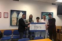 Fotbalisté i zaměstnanci Baníku Ostrava finančně podpořili Kliniku dětského lékařství Fakultní nemocnice Ostrava v Porubě.
