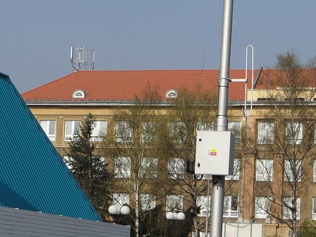 Zařízení, která jsou součástí monitorovacího systému, již byla umístěna na pláště vybraných budov u stadionů. Snímky: