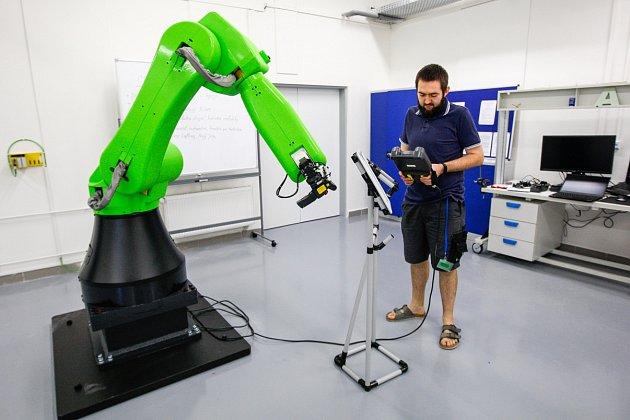 Kobot - na rozdíl od robota umí sčlověkem spolupracovat.