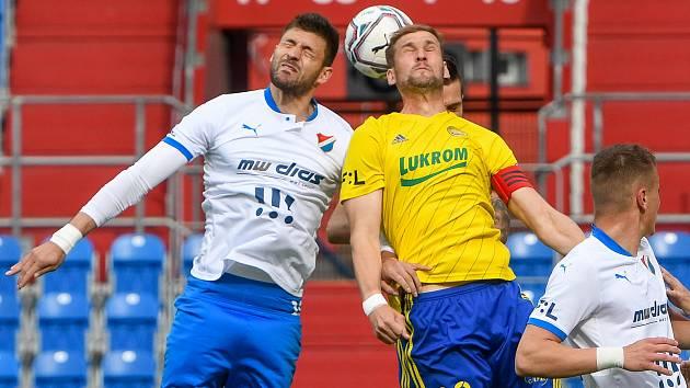 Fotbalisté Baníku Ostrava bojovali 15. května 2021 v utkání 32. ligového kola se Zlínem. Domácí Patrizio Stronati a Tomáš Poznar.