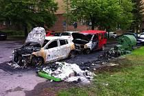 Takto dopadla vozidla, jež v Ostravě-Porubě stála poblíž kontejnerů, které zapálil neznámý žhář.