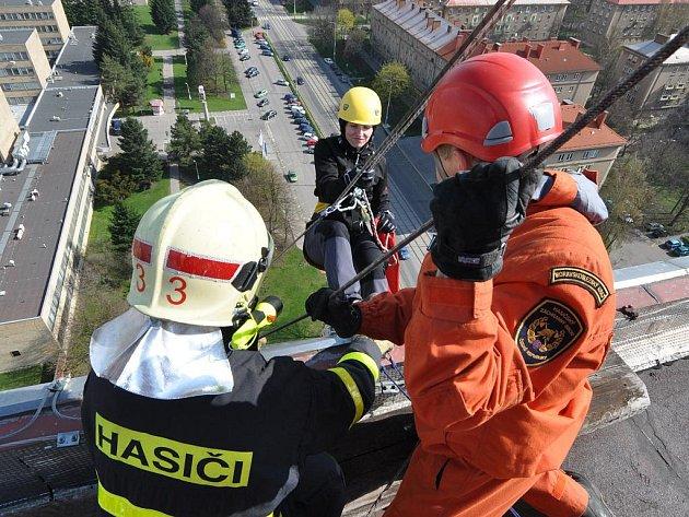 Evakuaci osob s pomocí horolezecké techniky ze střechy Domova sester v Ostravě-Porubě si v sobotu vyzkoušeli profesionální i dobrovolní hasiči a také figuranti z řad studentů Vysoké školy báňské-Technické univerzity.