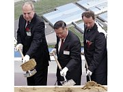 Při slavnostním zahájení stavby automobilky Hyundai (zleva) Evžen Tošenovský, Chung Mong-koo a Martin Riman