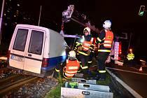 Zásah hasičů u nehody pick-upu v Ostravě v Horní ulici nedaleko křižovatky s Plzeňskou ulicí.