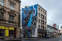 Nástěnná malba (mural) zdobí fasádu domu v proluce v Nádražní ulici.