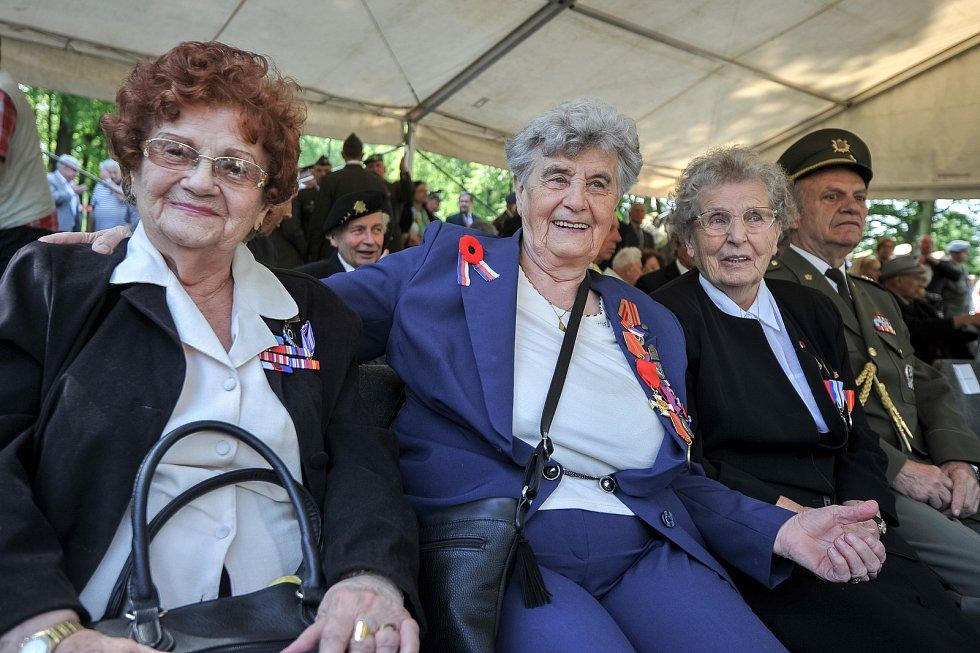 HELENA ESTERKESOVÁ (na snímku vlevo), DANA MILATOVÁ (uprostřed) a MIROSLAVA KAŠTOVSKÁ seděly jako válečné veteránky v čelních řadách při pondělním pietním aktu k 73. výročí osvobození Ostravy.