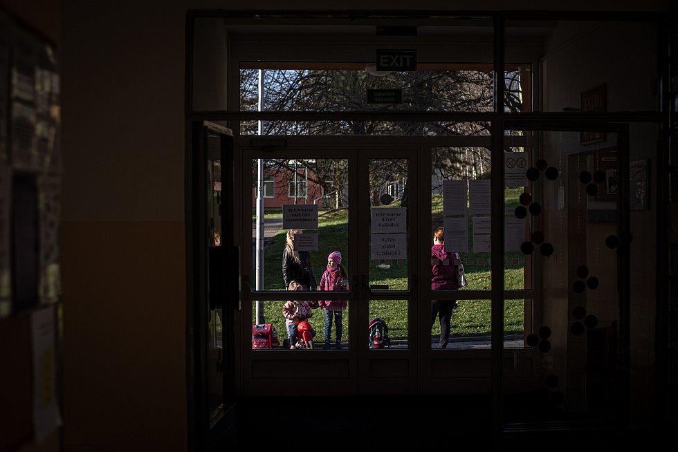 Žáci ZŠ Sekaniny provádějí antigenní testy, 12. dubna 2021 v Ostravě. Podmínkou pro účast na vyučování byl negativní test na přítomnost viru COVID-19. Rodiče a děti čekají před školou.