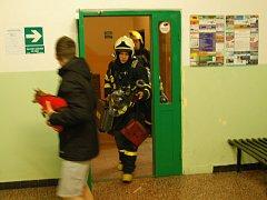 K věžovému domu v Ostravě-Mariánských Horách se v úterý v noci sjelo několik hasičských jednotek. Vše mělo šťastný konec.