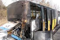 V Radvanicích hořel autobus, který převážel tři desítky cestujících.