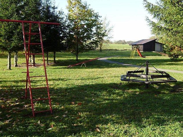 """Budova Základní a mateřské školy v Raškovicích na Frýdecko-Místecku je obklopená krásnou rozlehlou zahradou se vzrostlými listnatými a jehličnatými stromy, jejíž součástí je i dřevěná """"letní učebna""""."""