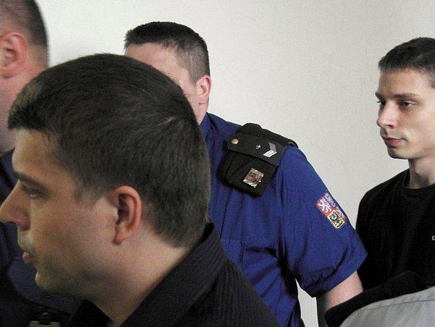 Vězeňská eskorta vede bratry Kamila Rossiho (vpředu) a Dušana Juříčka, kteří podle obžaloby zabili muže – bílého koně.