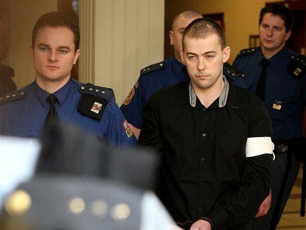 Před Krajským soudem v Ostravě stanuli muži obžalovaní z pokusu vraždy. Na snímku je Petr Dudič