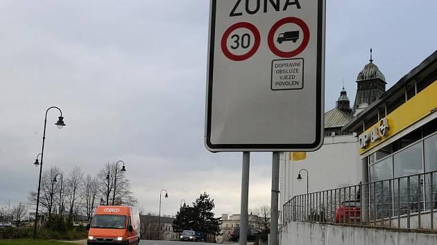 Keltičkovou ulicí se může projíždět maximálně třicítkou, řidiči to ale nedodržují.