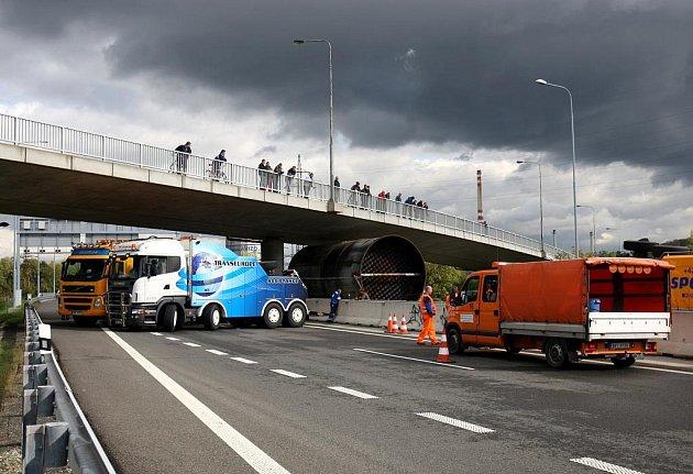 Obrovské dopravní komplikace trvající až do středečního odpoledne způsobil v Ostravě nadměrný náklad, který na dálnici D1 narazil do mostní konstrukce. Kamion zůstal zaklíněn pod mostem v Ostravě-Přívoze.