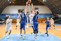 Basketbalisté NH Ostrava (v bílém) prohráli v úterním ligovém utkání s Kolínem 85:110. Foto: NH Ostrava