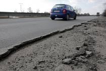 Nečekané díry ve vozovkách mohou řidiče zaskočit a jejich auta poškodit. V Ostravě na takové úseky naštěstí moc často nenarazíte.