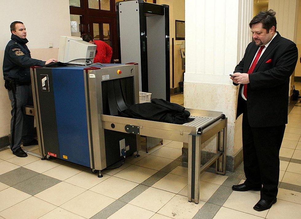 Exposlanec Petr Wolf u ostravského soudu.