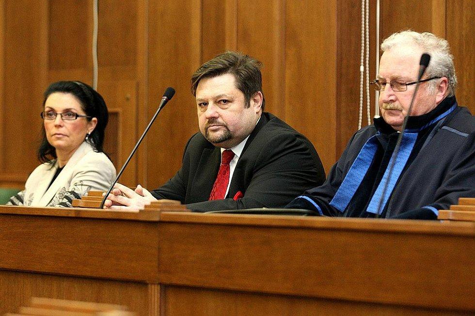 Exposlanec Petr Wolf s manželkou u ostravského soudu.
