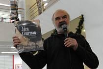 Dům knihy Librex v Ostravě byl v úterý v podvečer hodně zaplněný. Nebylo divu. Uskutečnila se zde totiž beseda se Zdeňkem Svěrákem a Jaroslavem Weiglem, kteří přijeli do moravskoslezské metropole současně pokřtít novou obrazovou publikaci.
