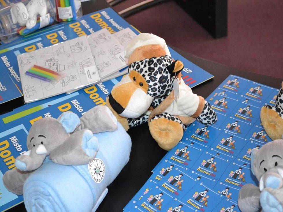 Dětem, které jsou často svědky domácího násilí, policisté zajistili plyšové a další hračky.