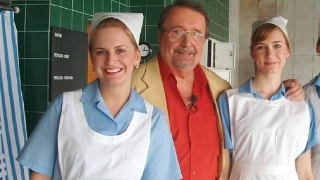 Eduard Hrubeš po koupeli v bazénu v péči zdravotních sestřiček.