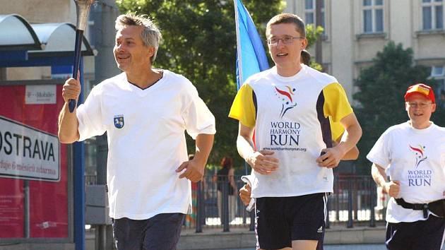 Petr Kajnar s pochodní štaferového běhu World Harmony Run