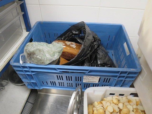 Plesnivé pečivo a zkažené maso, které potravinářská inspekce nalezla ve známé ostravské restauraci U Rady.