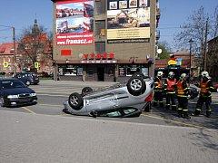 Nehoda, při které auto skončilo na střeše, se stala ve čtvrtek dopoledne v Ostravě-Vítkovicích.