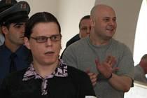 Hlavní organizátor pašování drog Dominik Borůvka z Opavy (v brýlích). Za ním další z obžalovaných Ondřej Hrdlička (v šedém tričku) z Ostravy